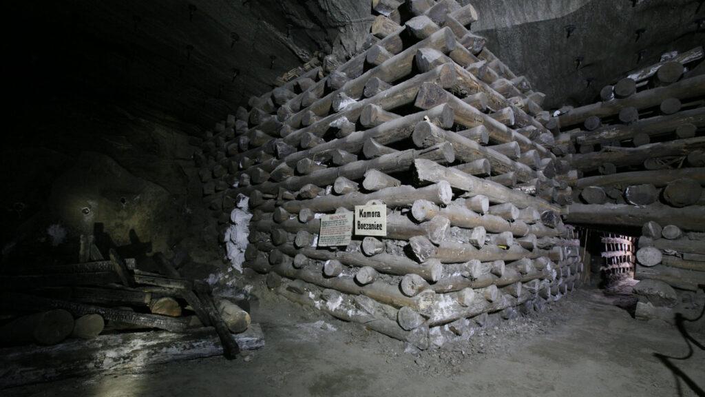 Komora Boczaniec i dawne podpory stropu