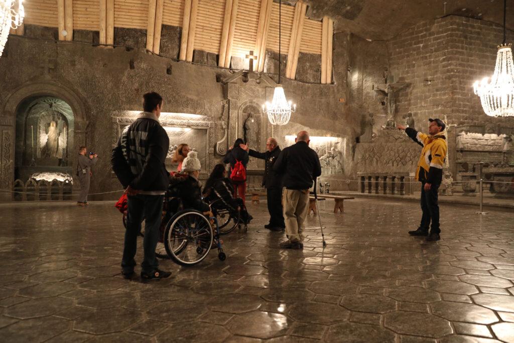 Grupa zwiedzająca - również osoby na wózkach