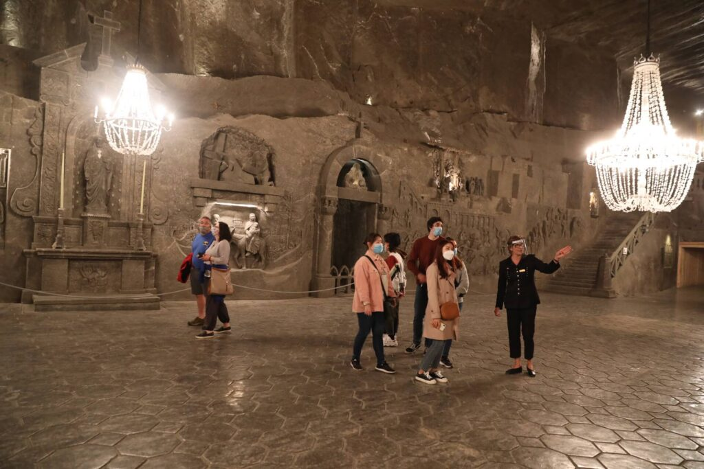Turyści zwiedzający kopalnie
