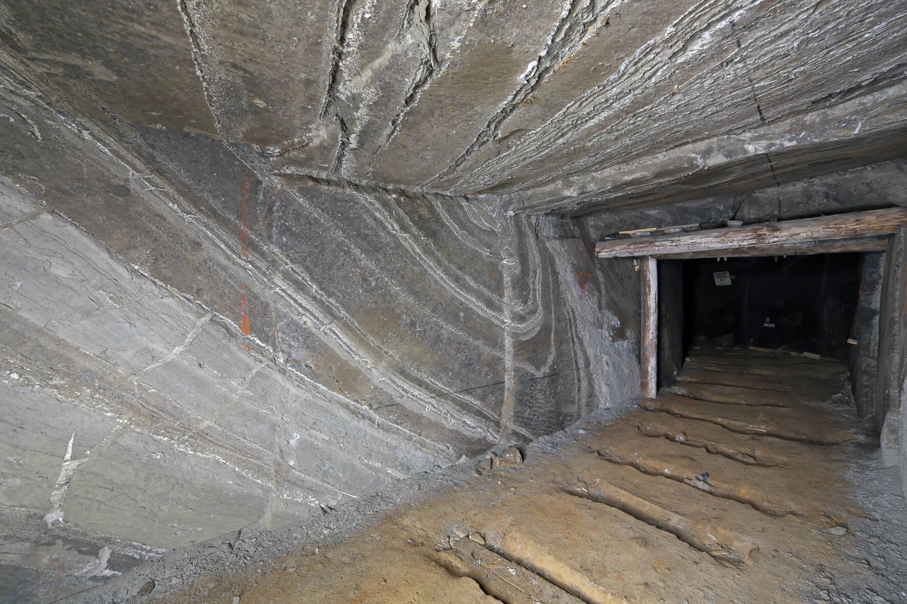 Fałd soli spizowej szarej z przerostami iłowców i mułowców anhydrytowych
