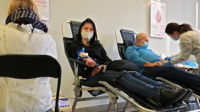 Kobieta oddająca krew. Siedzi na specjalnym krześle-leżaku