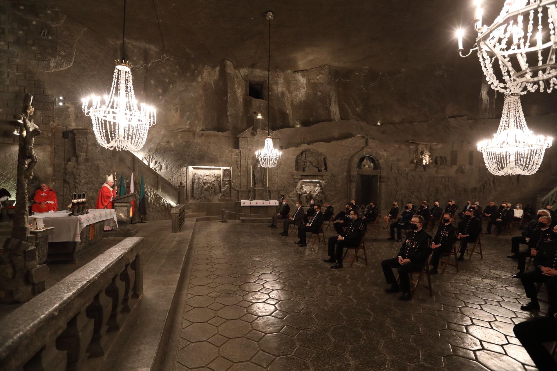 Po lewej stronie widać stół ołtarzowy oraz celebransa, po prawej uczestników mszy