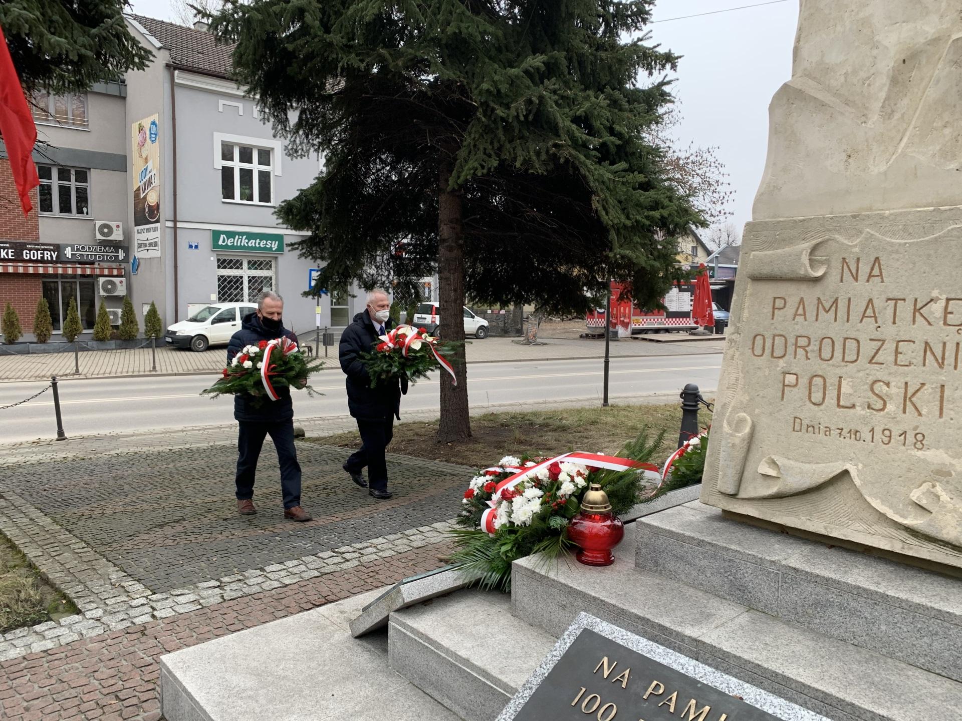 Wiązanki kwiatów w hołdzie Żołnierzom Niezłomnym niesie dwóch przedstawicieli działających przy kopalni związków zawodowych
