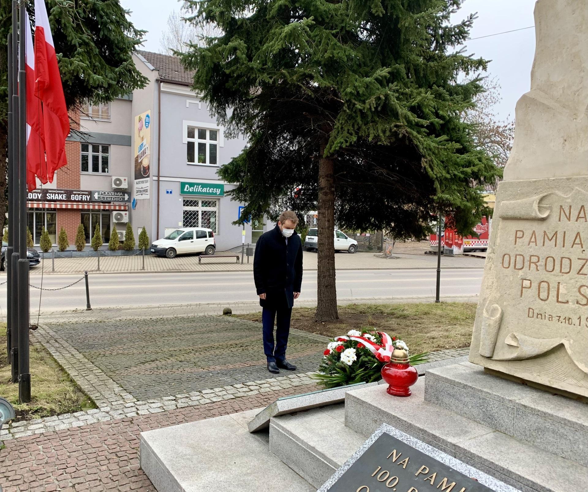 Na zdjęciu kwiaty przed pomnikiem składa Poseł na Sejm RP Rafał Bochenek