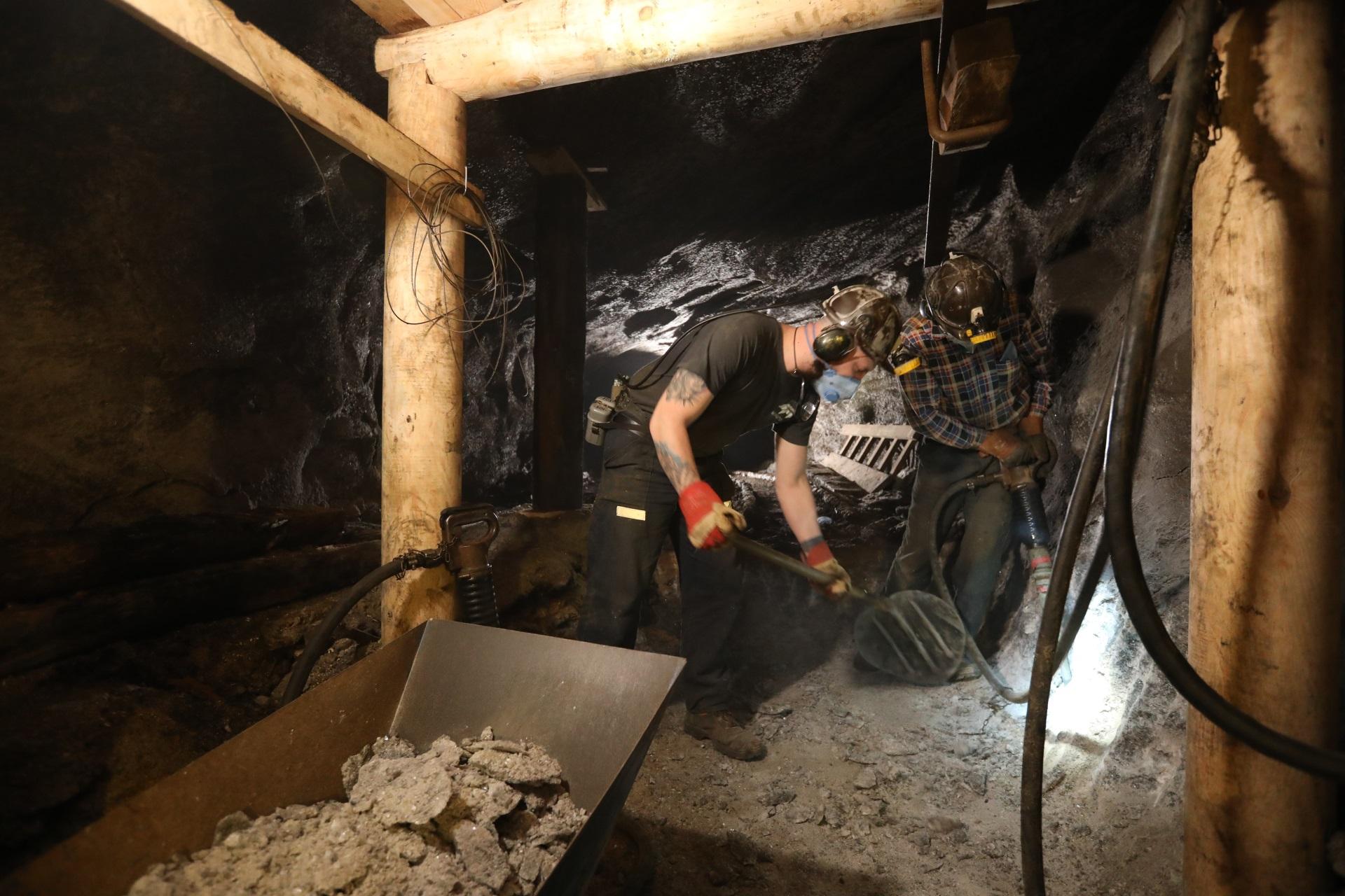 Przebudowa chodnika. Dwóch górników przy pracy