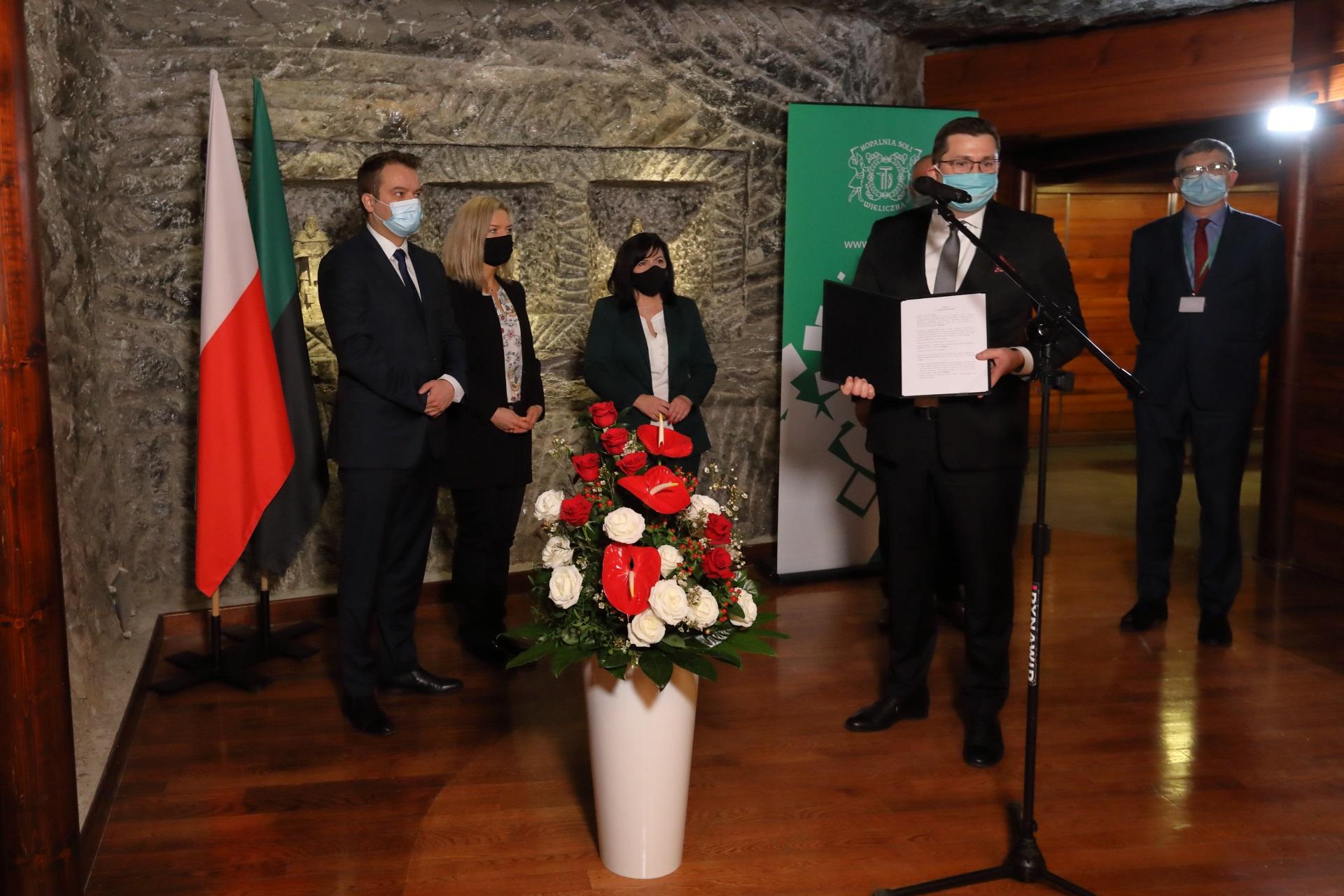 Prezes Paweł Nowak prezentuje umowę dotacyjną