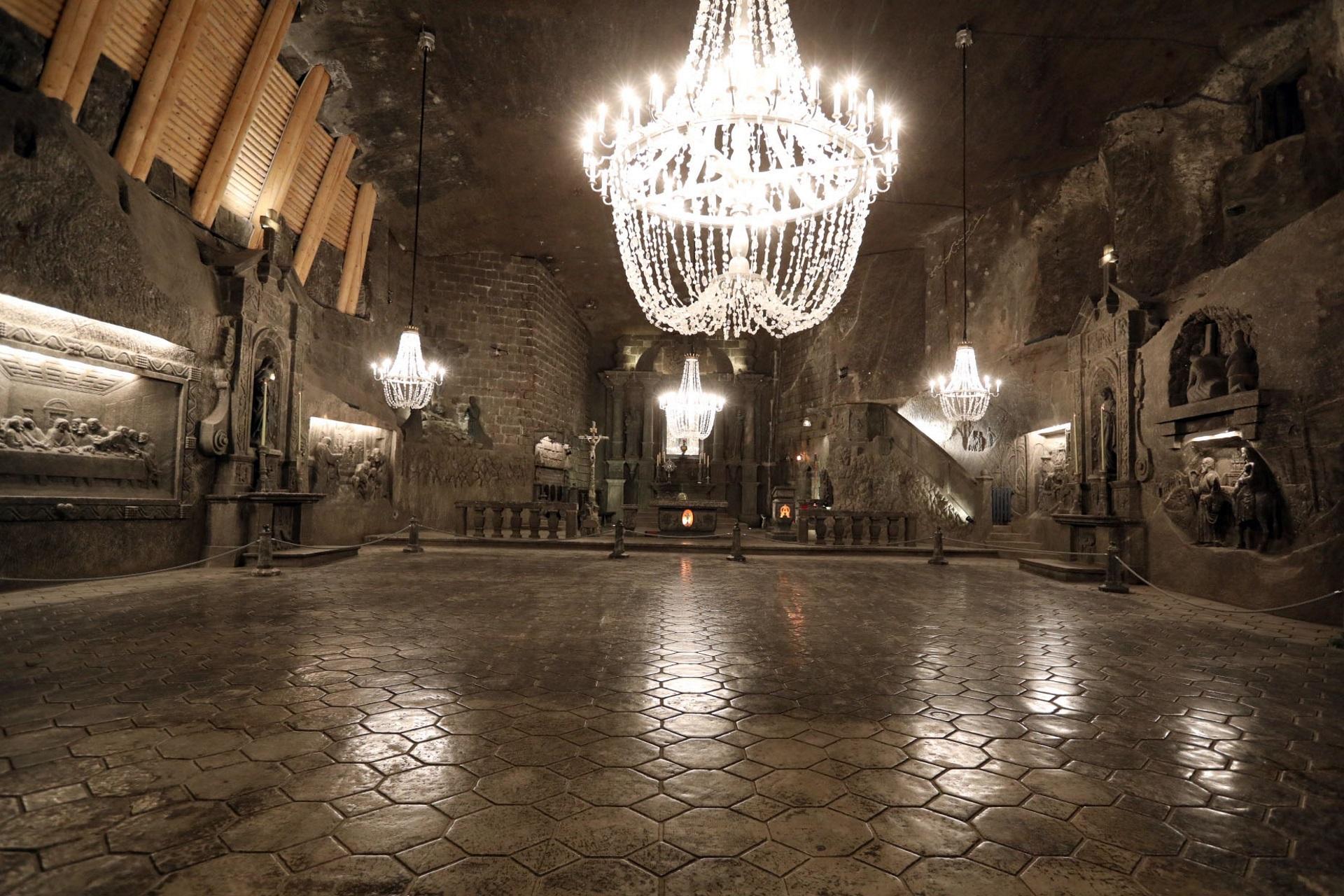 Wykute w soli wnętrze kaplicy św. Kingi. W posadzce odbijają się żyrandole z kryształków soli