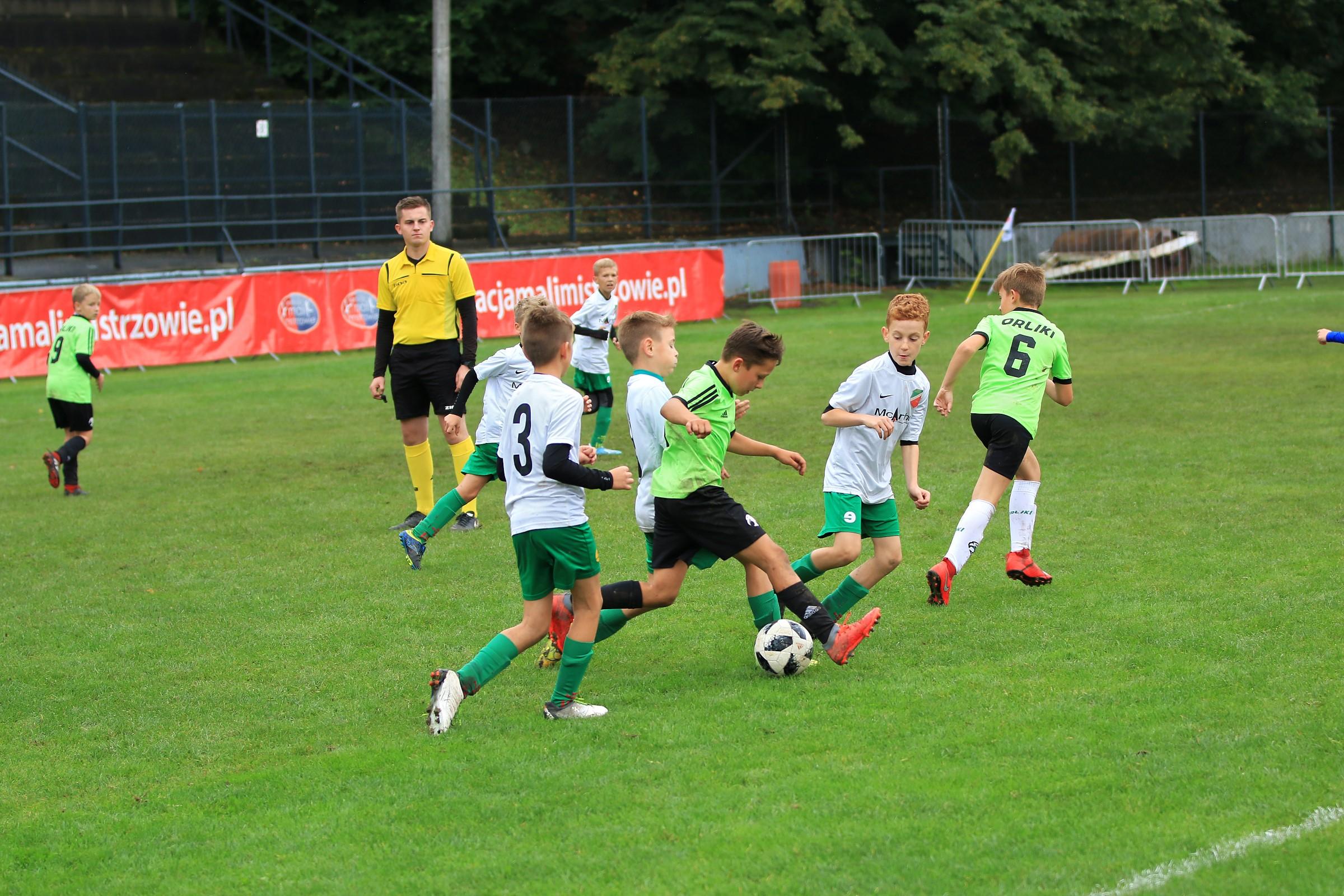 rozgrywki piłkarskie na boisku