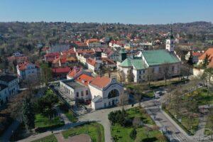 Widok na szyb Regis w centrum miasta Wieliczka