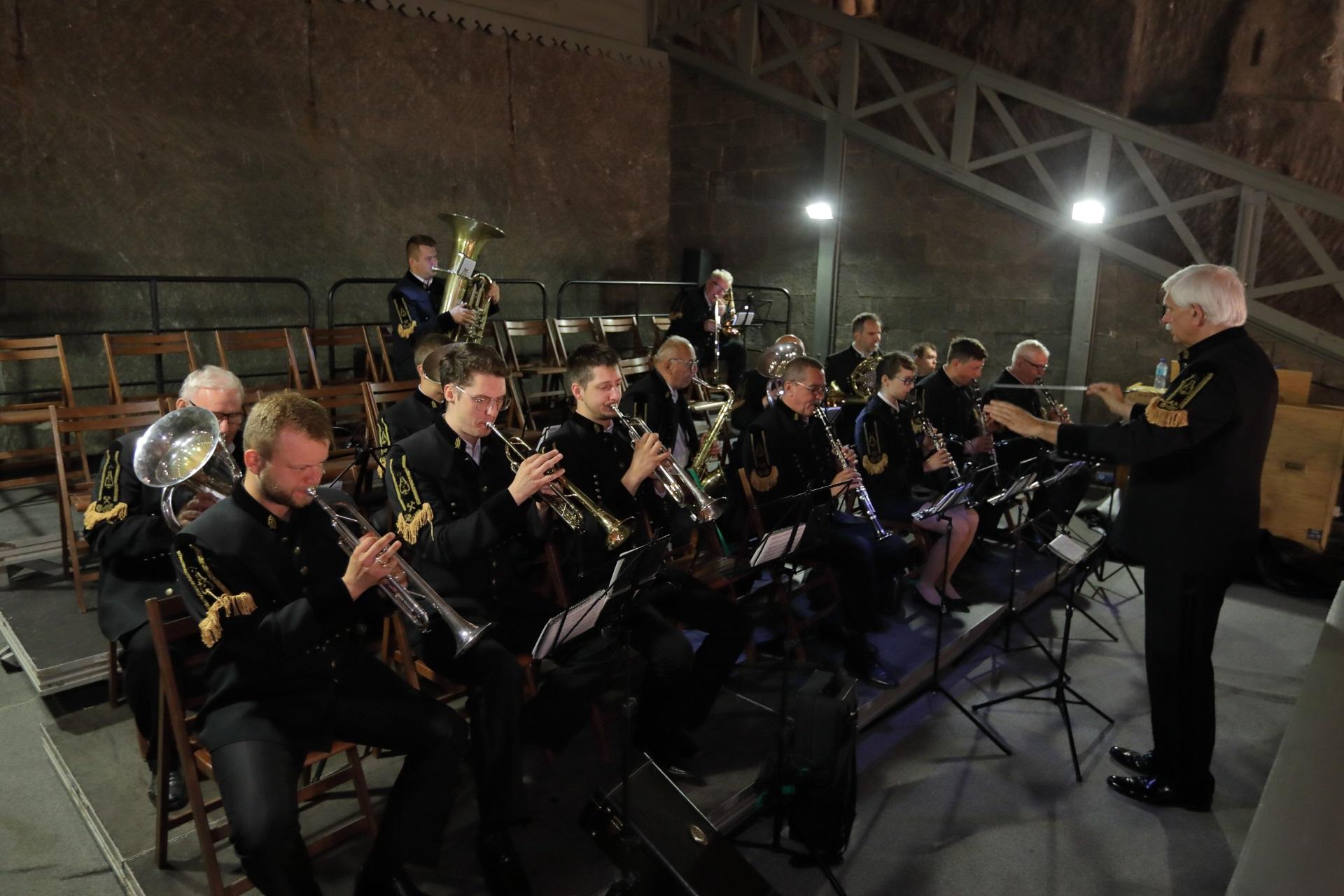Górnicza orkiestra. Muzycy siedzą na chórze