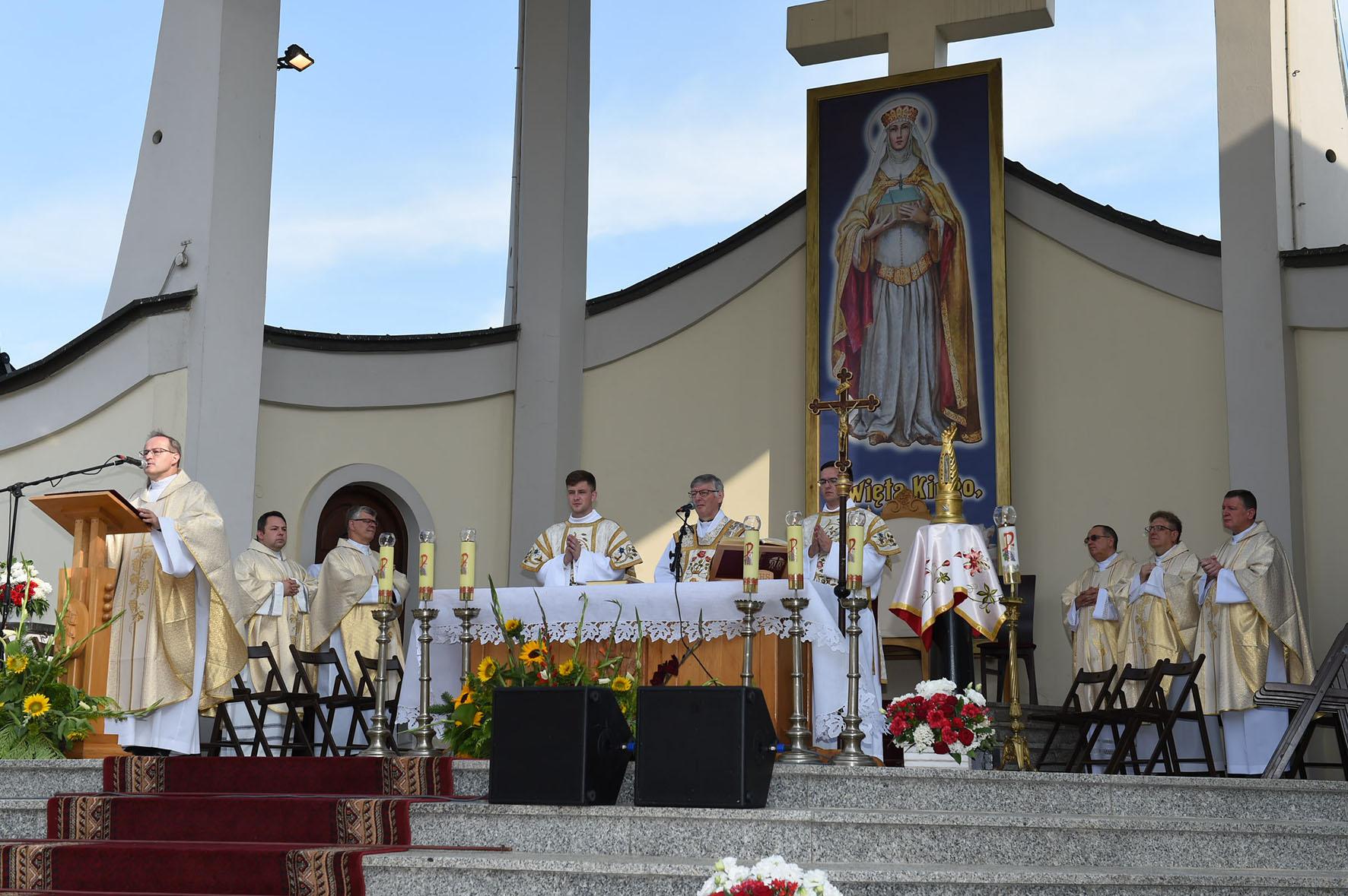 Plenerowy ołtarz główny z obrazem przedstawiającym św. Kingę