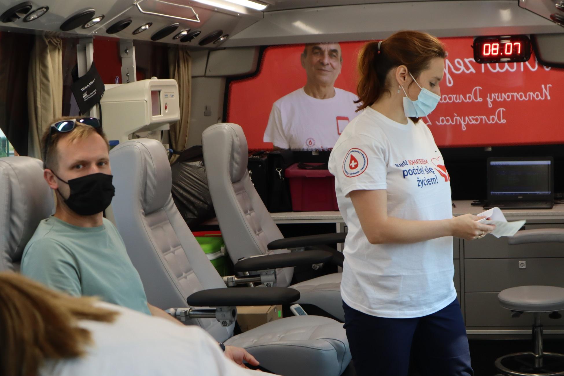 Pobieranie krwi. Po lewej trzy fotele do donacji oraz krwiodaca, po prawej pracownik Regionalnego Centrum Krwiodawstwa i Krwiolecznictwa w Krakowie