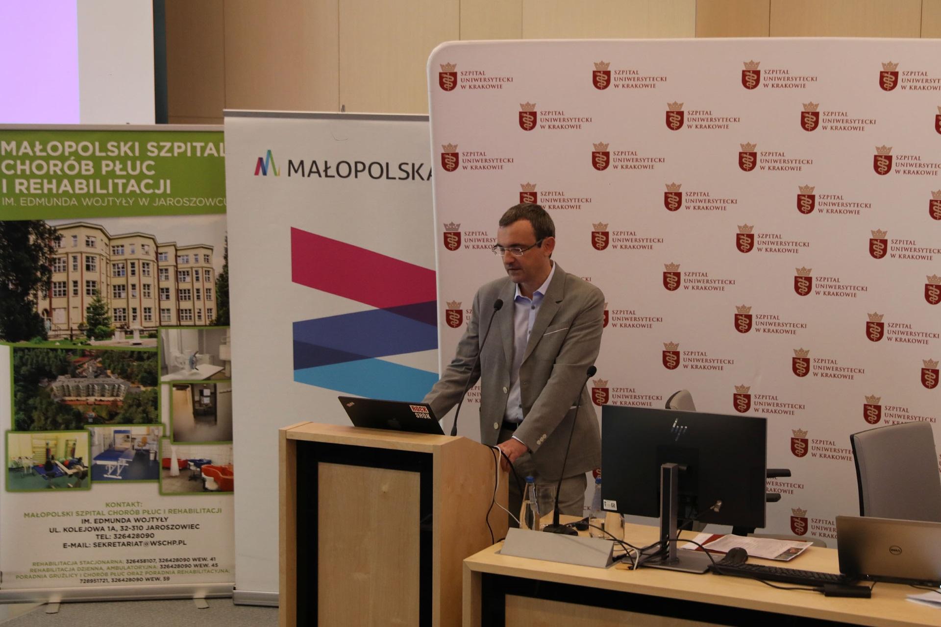 Doktor Marek Koprowski wygłasza referat