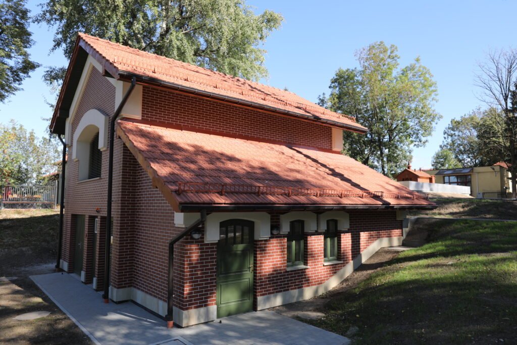 Budynek techniczny szybu Paderewski. Z cegły, kryty czerwoną dachówką, z dwuspadowym dachem i zielonymi oknami i drzwiami