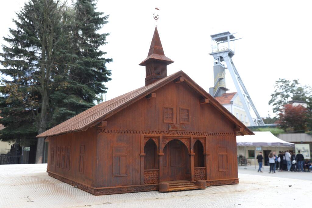 Makieta nadszybia szybu Paderewskiego - budynek w stylu szwajcarskim z werandą, łukami oraz wieżyczką. W tle wieża szybowa Daniłowicza