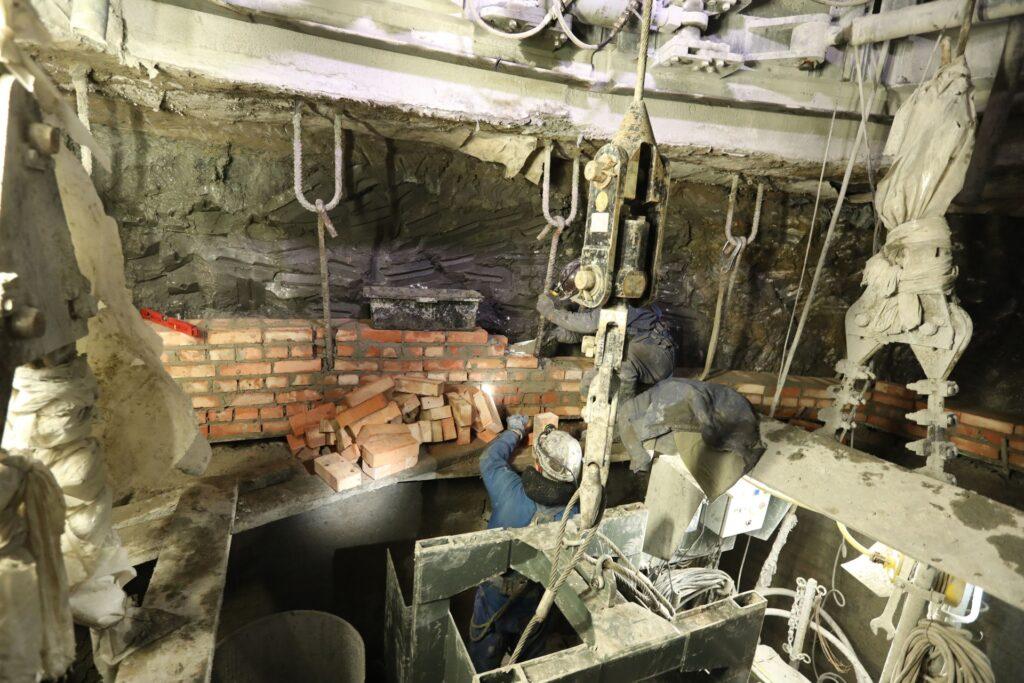 Remont Paderewskiego. Górnicy murują ceglany fragment obudowy